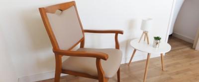 Une chaise élégante adaptée à une personne de forte corpulence