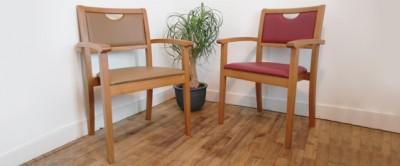 Chaise avec accoudoirs en stock Mila